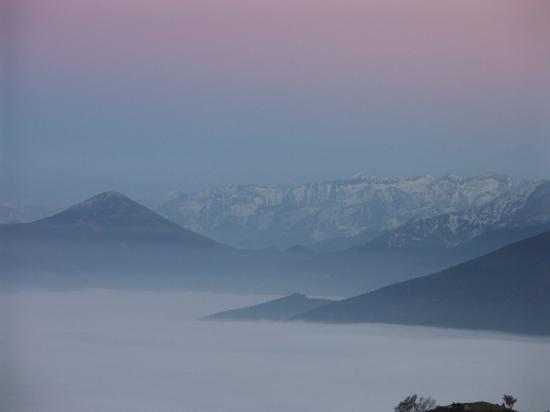 Quand la nuit tombe, la paix monte sur la montagne